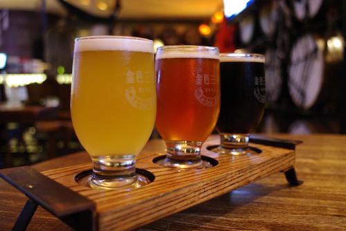 「金色三麥啤酒組合」。左からハニーラガー、ラガー、デュンケル。