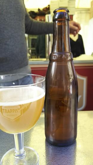 ボトルビールの提供のときはグラスに注がれたビールのみが渡されるが、頼めばボトルの撮影もさせてくれる。