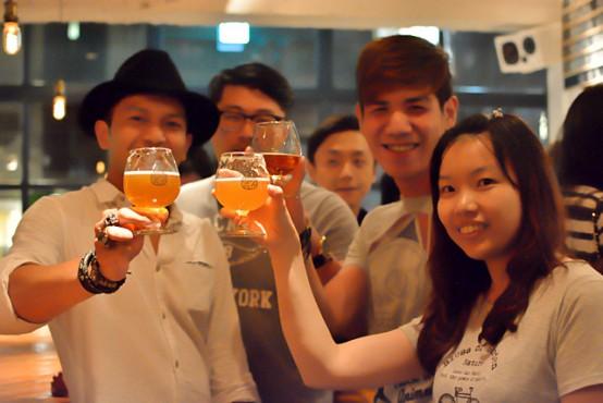 啜飲室でクラフトビールを楽しむ若者たち