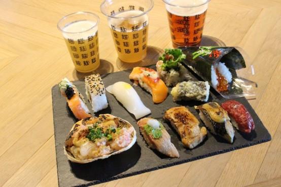 多彩な回転寿司がずらり。(photo by 藤 瑠璃)
