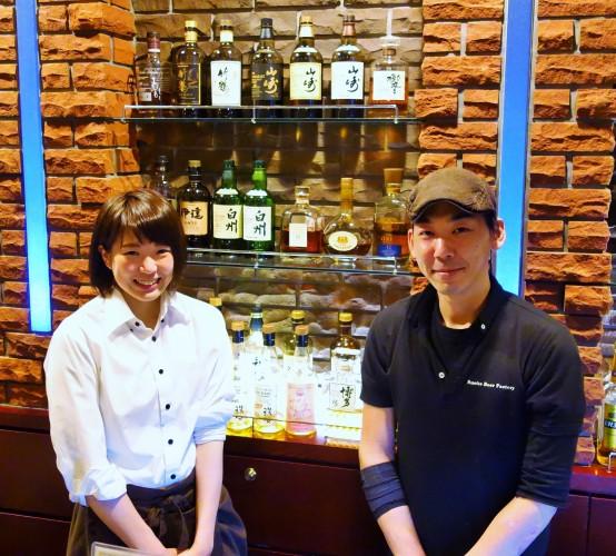 スタッフのなまさん(左)と店長の門伝さん。 なまさんはブルワー志望で、現在勉強中とのこと