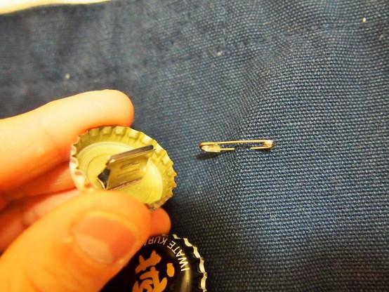 安全ピンと替玉は力を入れ引っ張れば外れる。