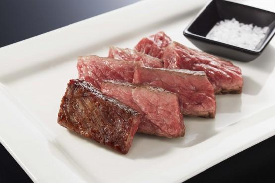 一貫生産の黒毛和牛の中で熟成に向くA3~A4級の牛を選別し、独自の製法で100日以上の長時間熟成を実現した極上ステーキ。