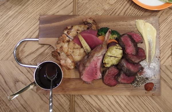 「シェフ厳選のお任せお肉のグリル盛り合わせ3種」(3000円・税抜)。左から薩摩錦チキン、骨付きラム肉、とうきび牛