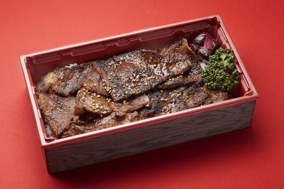 「焼肉 大貫」の大貫弁当。肩ロースのカタ芯とザブトンの部位を使用。新潟産コシヒカリ「伝」とともに仕上げたお弁当。