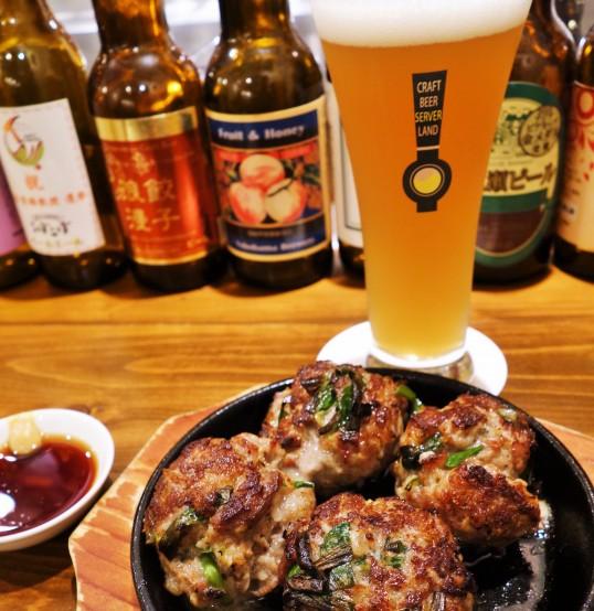 牛肉とニラの落とし焼きとササニシキIPA。相性バッチリの組み合わせ。ビールが進む進む