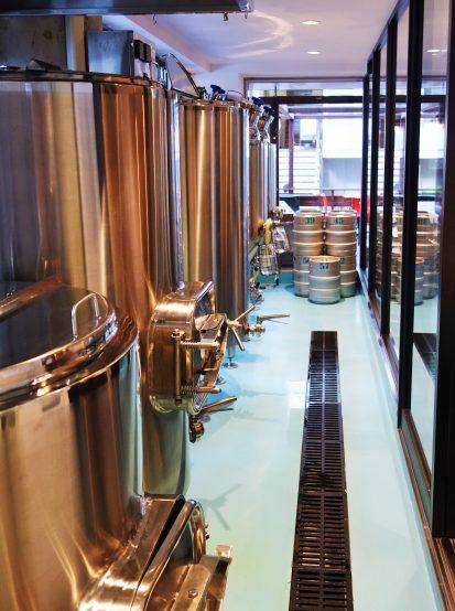 1Fのブルーパブから見ることができる醸造設備。ここからどんなビールが誕生するか楽しみである