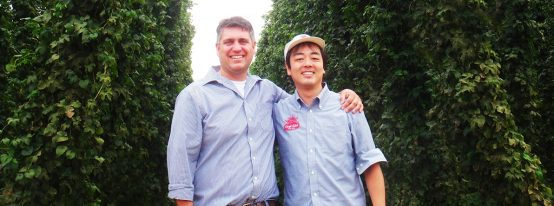 写真左:ホップ農場マネージャー ダレン・ガメシュ氏、写真右:クラフトラベル マスターブリュワー 新井 健司氏