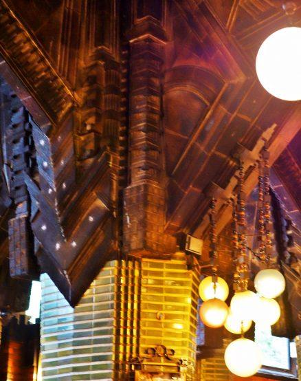 柱や照明にもテーマがある。銀座は再開発の真っただ中だが、こうしたものは未来に残していってほしい