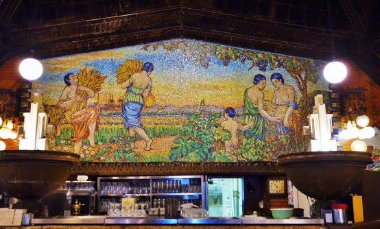 圧倒的な存在感を示す正面のガラスモザイクの壁画。自然への感謝の思いが込められている