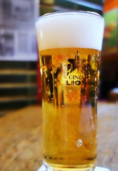 見事な輝きを放つ井上氏がサーブしたビール。見た目も美しい!