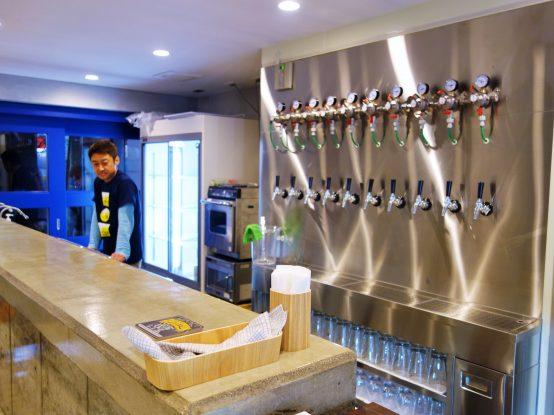 BARスペースは立ち飲み形式になっている。立ち飲みというのが下町らしい