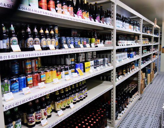 冷蔵室の中はビールがあり過ぎてしまい選ぶのが大変。時間がかかり過ぎると身体も冷えてしまうので、ご注意を!