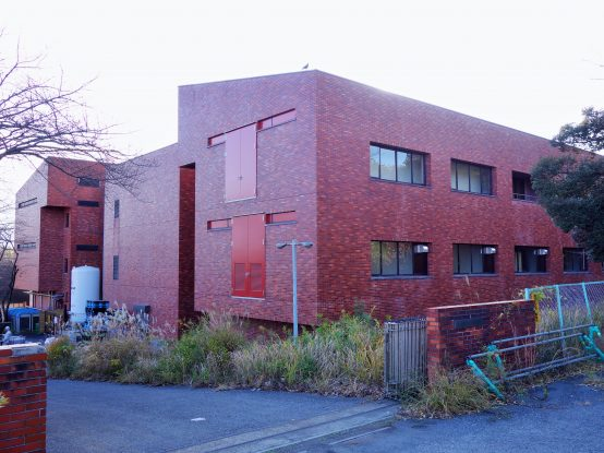 工場の裏側。レンガ調の建物が偶然にも工場らしさを感じさせている。