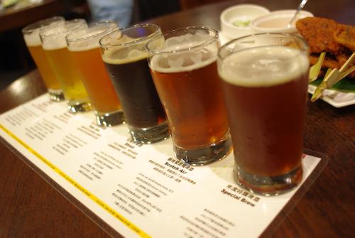 奥から、ピルスナー、ペールエール、スタウト、スコッチエール、ヴァイツェン、シーズナルビール。