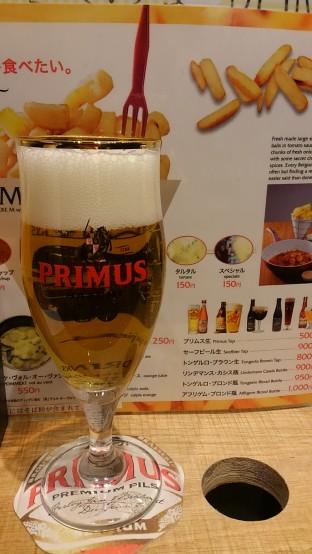店内では専用グラスでベルギービールを楽しむことができる
