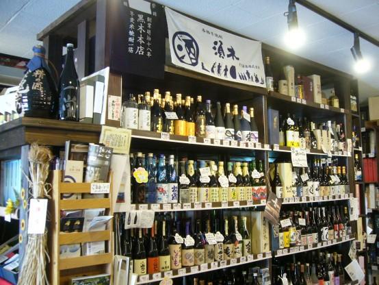 籠屋の品ぞろえは日本酒と焼酎が中心。