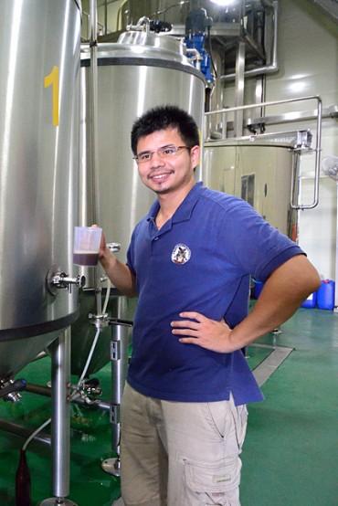 テイスティングする醸造責任者の段淵傑さん。