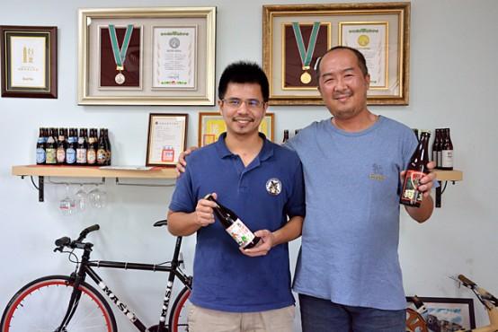 溫立國さん(右)と段淵傑さん(左)。溫立國さんは、大同大學生物工程学部教授で、段淵傑さんの叔父でもある段國仁先生からビールの醸造知識を習得した。