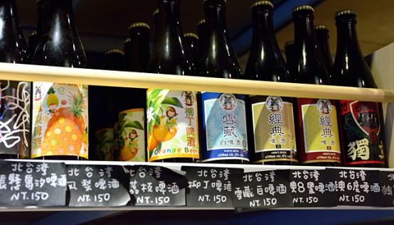 棚の一角を占める北台湾ビール。左の「鳳梨(パイナップル)」と「柳丁(オレンジ)」はフルーツビールだが、訪れたときは、果物の旬が過ぎていたので生産は中止されており、在庫限りとなっていた。一番右の「獨立」(閃靈獨立啤酒)は、台湾のロックバンド「閃靈(ソニック)」が台湾独立建国のコンセプトで創作した際、その考えに共鳴して造ったコラボビール。ビアスタイルはヴァイツェン。第二弾のコラボビールはセゾンが予定されている。