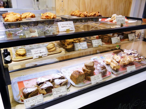 10種類以上の焼き菓子やパンが用意されている
