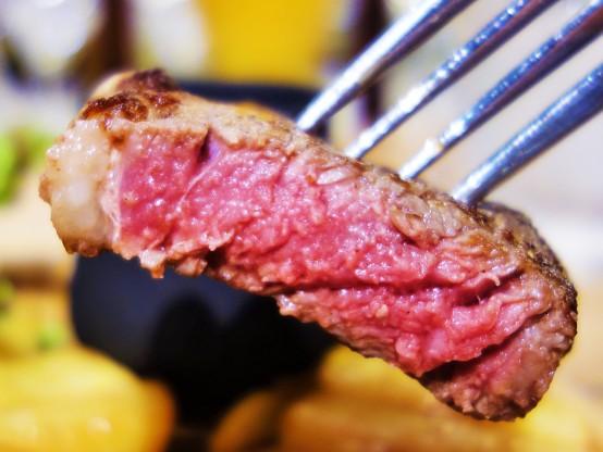 お肉は中はレア。程よい脂っぽさで食べやすい