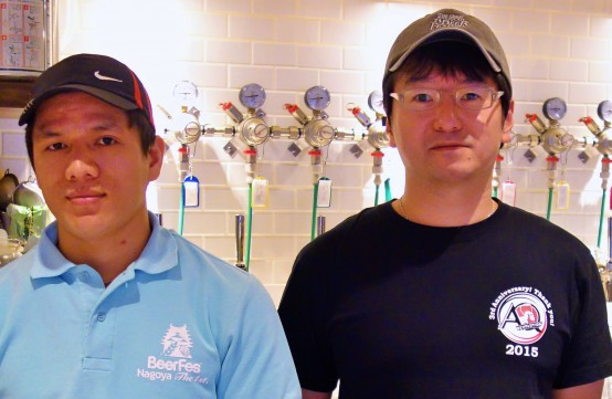 左が料理担当のマンバードルさん。右がオーナーの久保田秀樹氏。