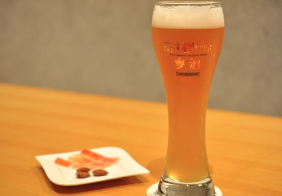ホップの香り高い「富士桜 Roppongi Draft1」。生ハムの塩気とよく合い、旨味を引き立てる