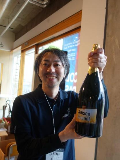 ビールを持っていらっしゃるのは輸入部の藤田氏
