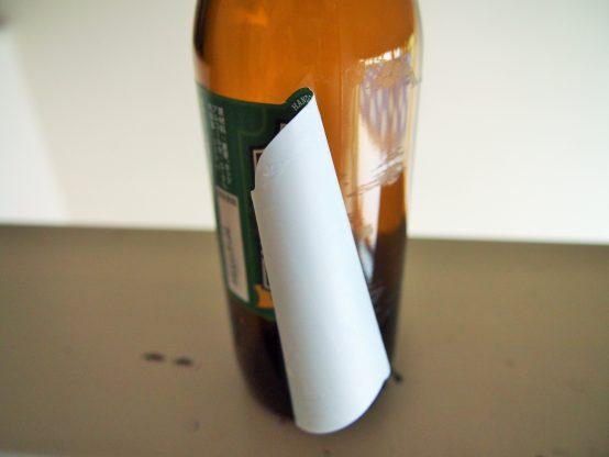 そうすることで接着剤が溶け始めるので、端からゆっくりはがします。