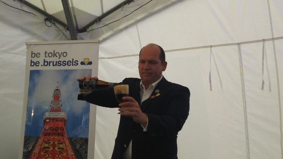 ビールは地軸と同じ23度にグラスを傾けて、と真剣なフイリップ氏