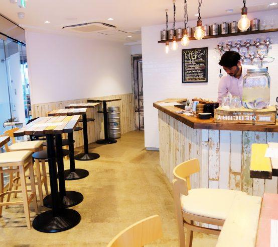 白を基調とした店内に手作り感のあるテーブルはとても居心地の良い空間だ