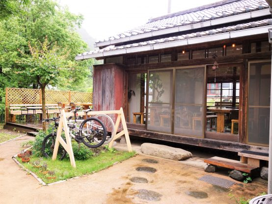 奥多摩はサイクリストにとって練習するにはとても良い環境だという。自転車を置く場所も設けられている