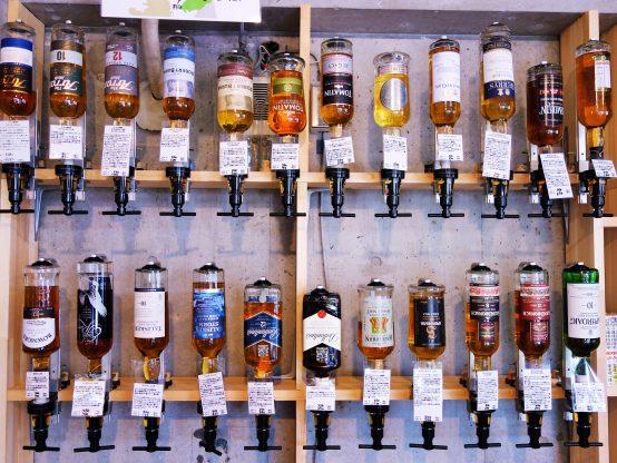30種類以上のボトルが壁一面に飾られている。その光景はとてもお洒落!
