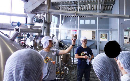 工場の設備がどのように使われているか、そこで造られるものがどんなものなのか確認しながら進められていく(右はツアー担当のもっちー)