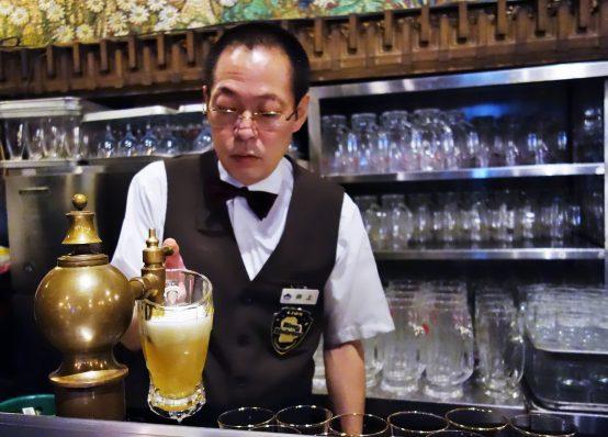高いガス圧で勢いよく、注がれるビールを巧みに操る井上氏のビールは、なめらかな口当たりで、何杯で飲めるビール。目で追わなくても長年の経験で、同じように注ぐことができる。これぞ職人技!