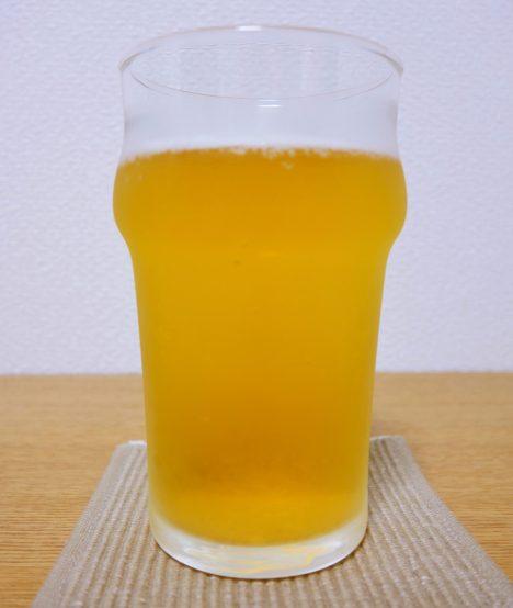 泡が少なくなってしまったビール。このままではきれいなビア写真にはならない