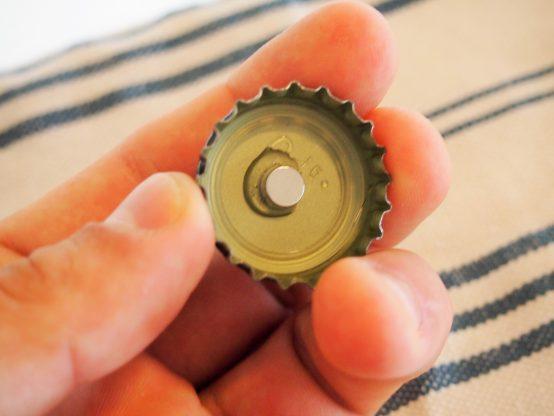 ネオジム磁石の場合、接着せずとも磁力でくっつきます。接着剤は紛失防止も兼ねて。
