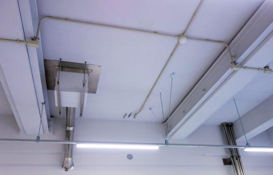 蛍光灯の高さが元々の天井の高さ。安全に作業できるよう業者と綿密な打ち合わせを行ってきたという。