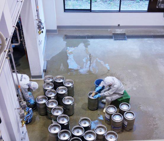 とはいえ、樽の洗浄など、人の手で行う作業もある。こうして、1つ1つ丁寧にきれいにしてくれることで美味しいビールが飲めている