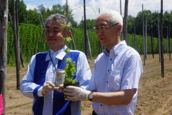 写真右が石田副町長、左が大串センター長