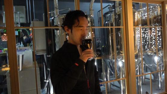 東海道BEER川崎宿工場で黒に浮かぶを試飲する田上達史氏