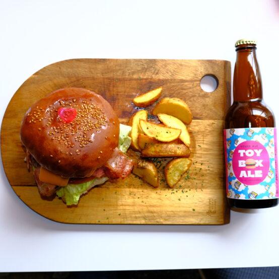 ハンバーガーとボトルビール