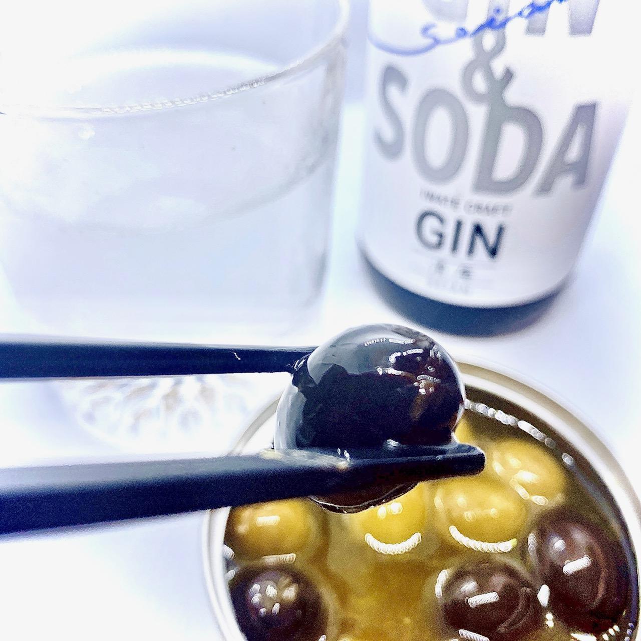 【コンビニペアリング】「クラフトジン&ソーダ(GIN & SODA)清庵-SEIANN-」に「オリーブマリネ」はいかが?