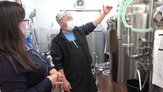 醸造設備を説明する山田泰一氏