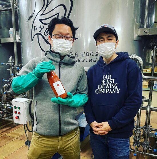「おもいろトマトのジュース」を持つリコペル代表米田さんとFYB代表山田さん