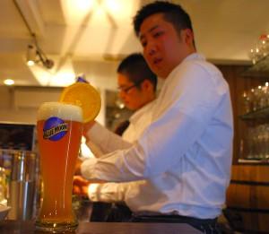 オレンジ・ガーニッシュをグラスに添えて