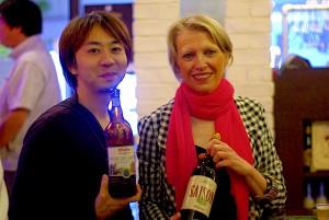 ブラッセルズ輸入部の藤田孝一氏とドミニク・フリアー社長。藤田氏が持っているボトルが、グリーンフラッシュとの新作コラボビール。