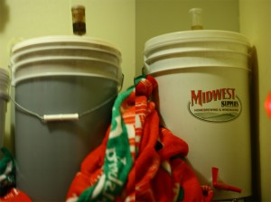 お店で造っているビール。これがケグ1個分である。チョコレートライ麦モルトで造ったチョコレートスタウト(左)とゴールデンピルスナー(右)